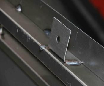 крепление входных металлических дверей с помощью монтажных пластин