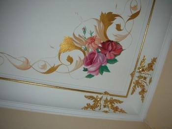 Покраска потолка в сочетании с золотом