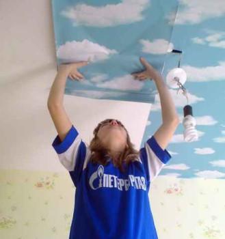 поклейка потолка