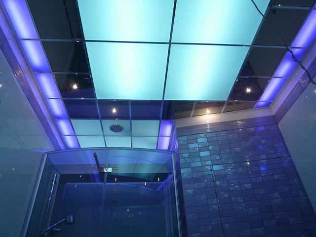 Натяжной потолок с подсветкой в ванной комнате