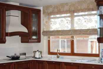плюсы римских штор на кухне