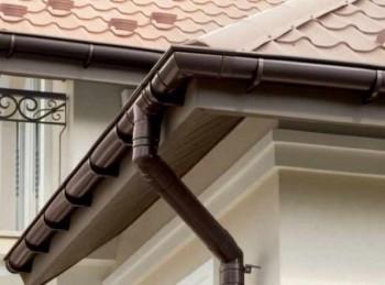 монтаж водостока на крышу